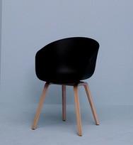 Armlehnstuhl About a Chair von Hay, Gestell Eiche, Polsterung Leder Sierra SI 1001