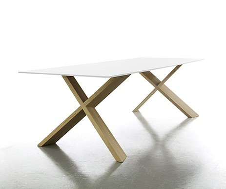 Tisch X-Man von Conmoto, Tischplatte CCL weiß, Untergestell Eiche massiv