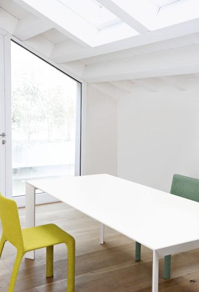 Auszugtisch Nori von Kristalia, Platte Laminat Pure White, Tischbeine weiß lackiert
