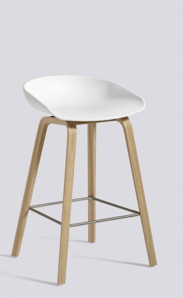 Barhocker AAS 32 von HAY, Sitzschale weiß, Gestell Eiche matt lackiert (aufgehellt), Fußstützen Edelstahl