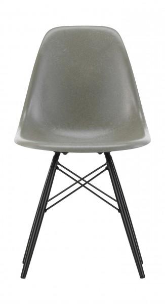 Eames Fiberglass Side Chair DSW Sitzschale Eames Raw Umber, Gestell Ahorn schwarz Vitra