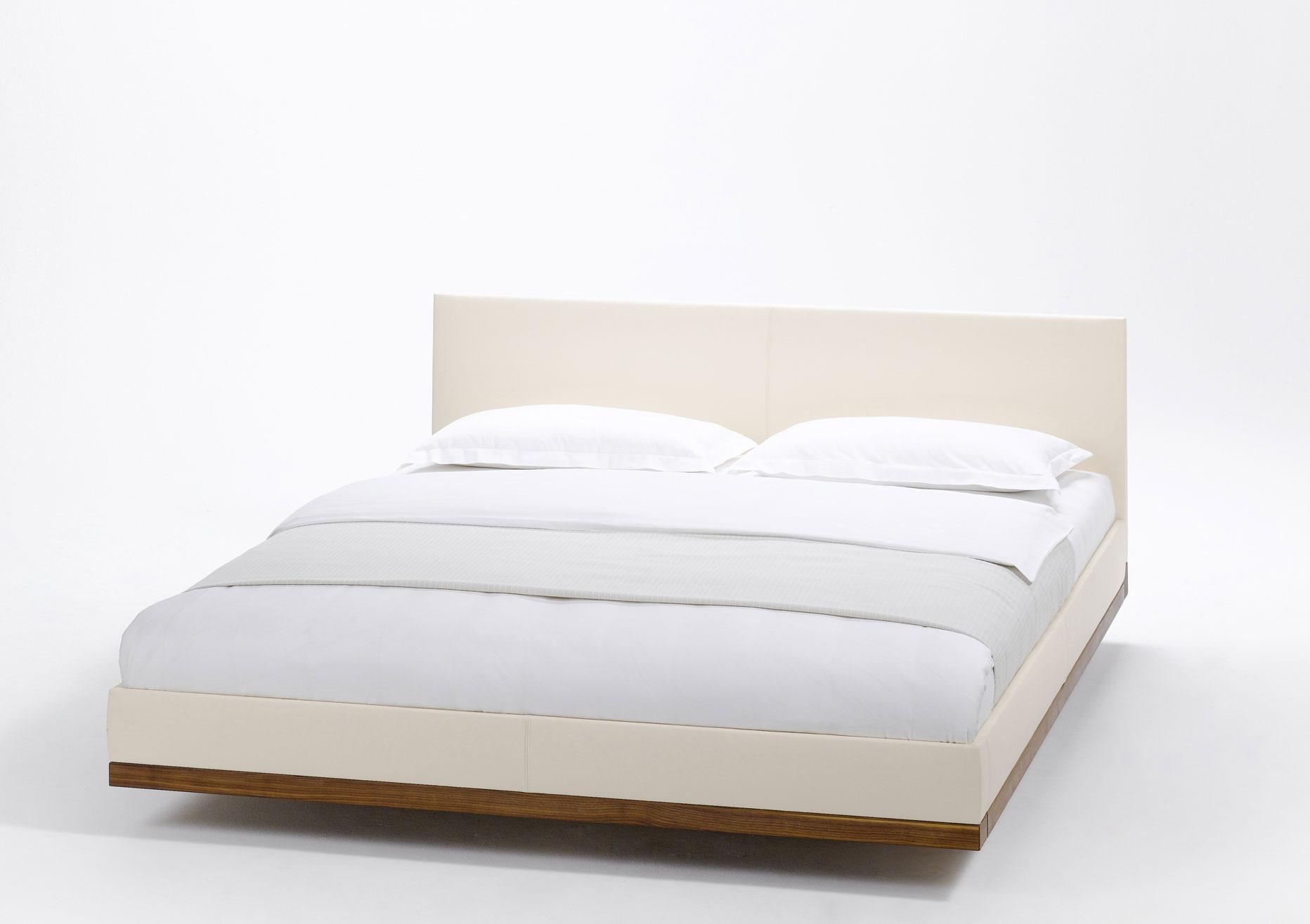 riletto mit polsterhaupt und lederbettseiten team 7 bett. Black Bedroom Furniture Sets. Home Design Ideas