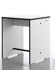 Hocker Riva von Conmoto in der Farbe weiß, Kanten schwarz