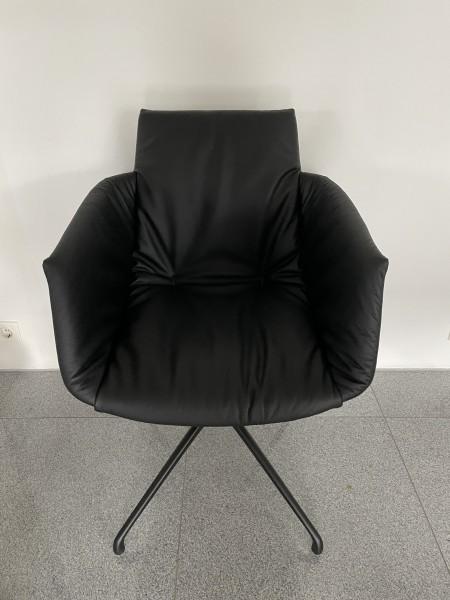 Armlehnstuhl Grand Lui mit Drehgestell Ansicht von vorne - Sitzschale Leder L1 schwarz, Gestell schwarz Team 7