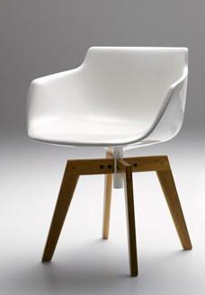 Sessel Flow Armchair von MDF Italia mit 4 Füßen aus Eiche klar lackiert, Sitzschale weiß glänzend